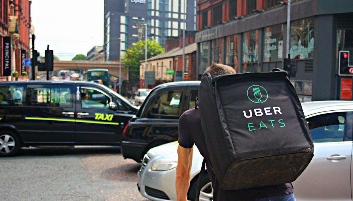 Entregador Uber Eats de bicicleta