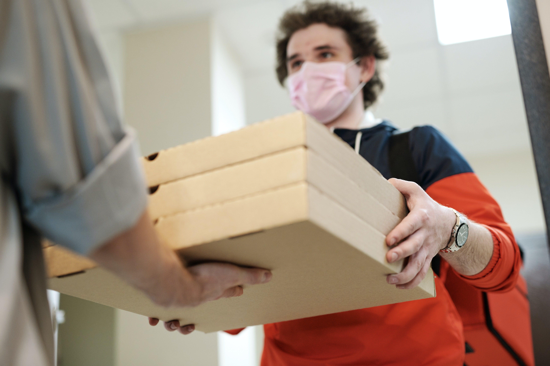 Entregador entregando caixas para cliente
