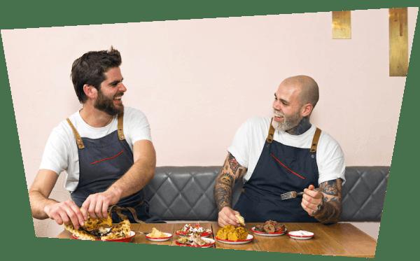 Dos cocineros prueban comida