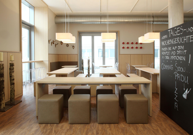 Würfelförmige Sitzmöglichkeiten als Hingucker in dieser Gastronomieeinrichtung