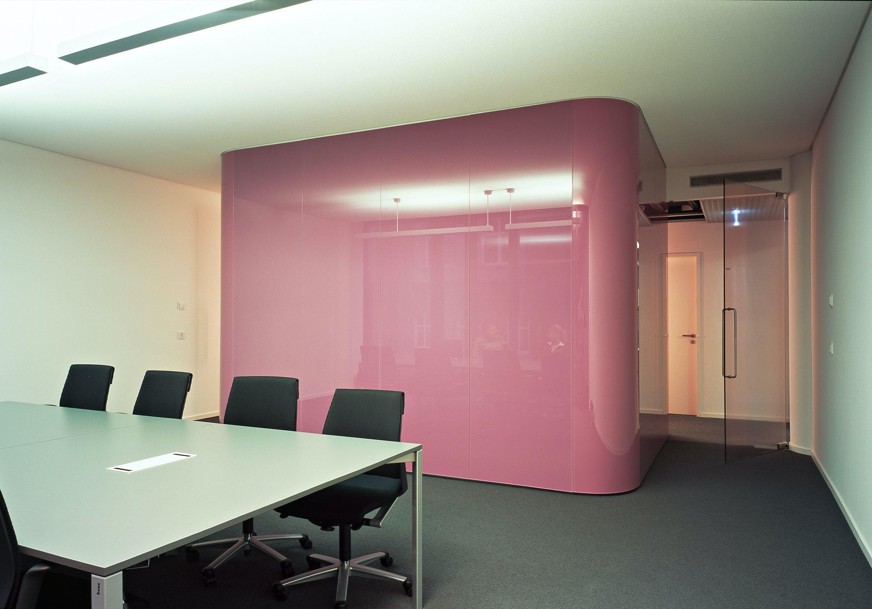Ein Besprechungsraum veredelt mit glänzenden Wandverkleidungen sorgt für eine stimmige Firmeneinrichtung.