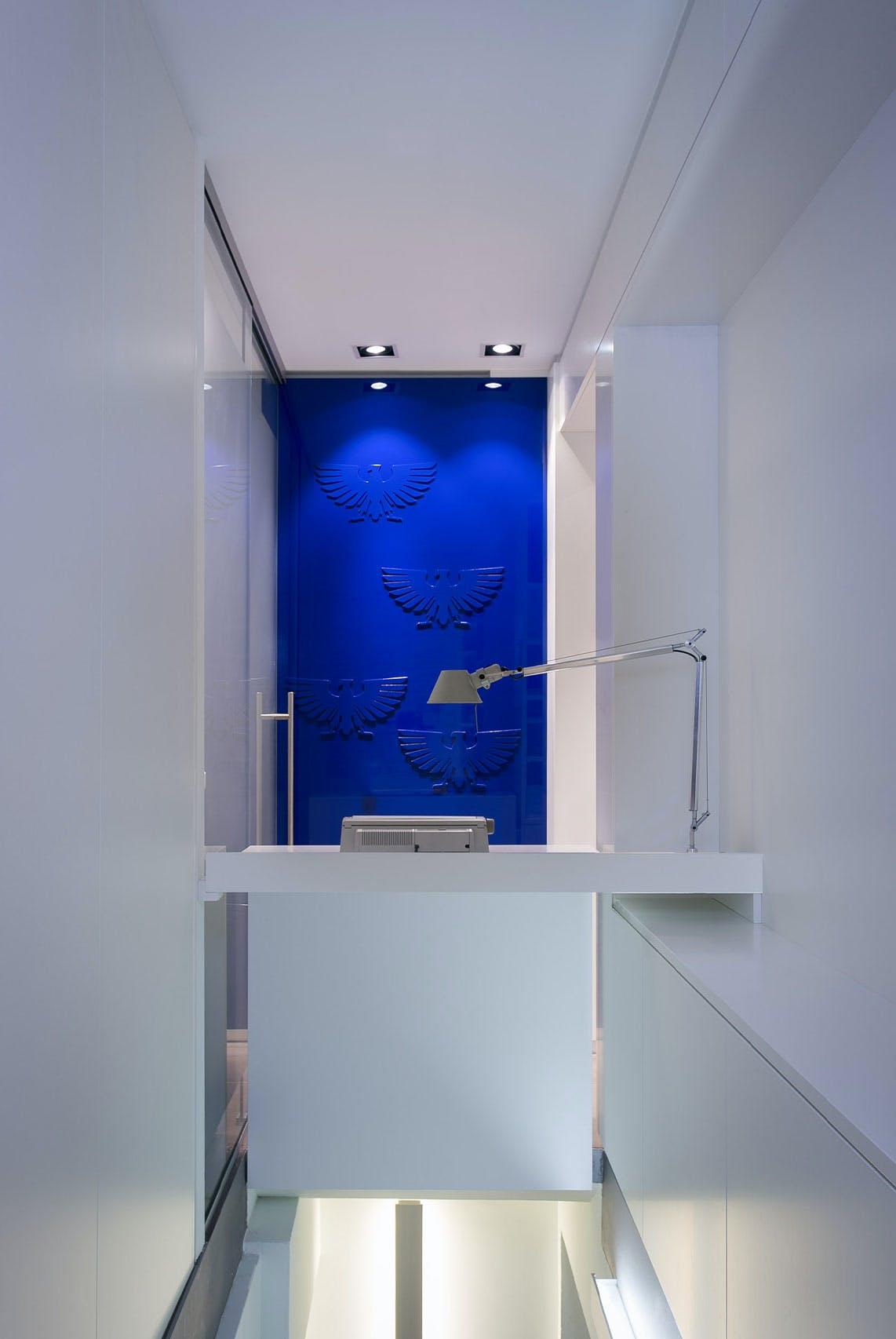 Eine besondere Apothekeneinrichtung mit blauen Wand-Details.