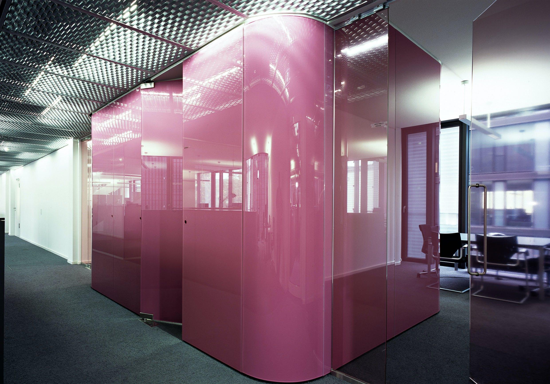 Moderne Firmeneinrichtung mit pinken Hochglanzoberflächen.