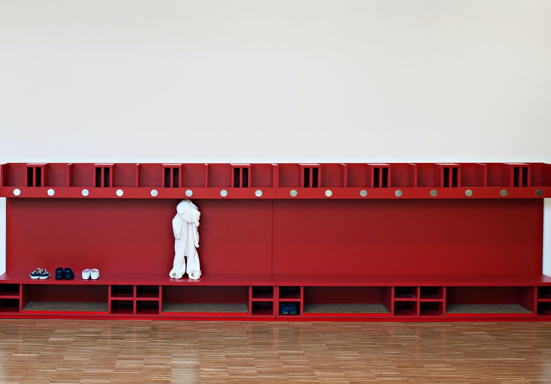 Inneneinrichtung im Bildungssektor mit kindergerechter Garderobe