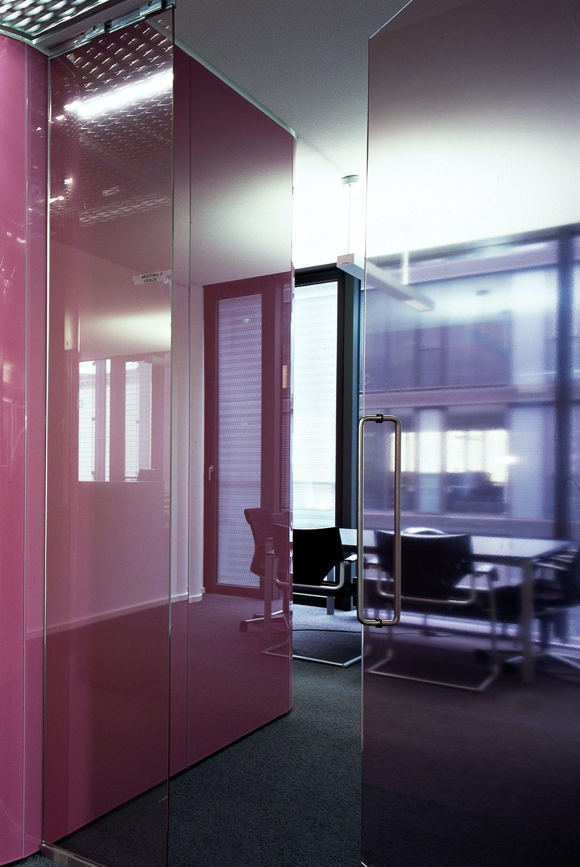 Ausgefallene Firmeneinrichtung mit glänzenden Oberflächen.