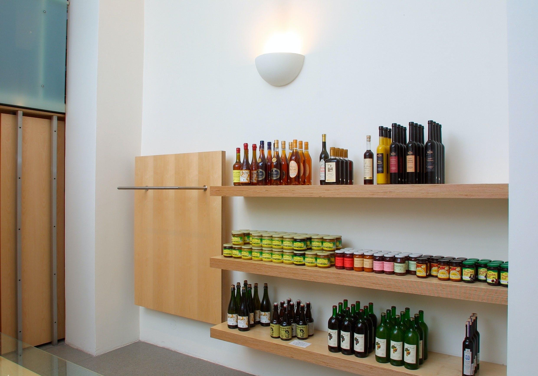 Ideale Ladeneinrichtung: Regale bringen die Produkte besonders zur Geltung.