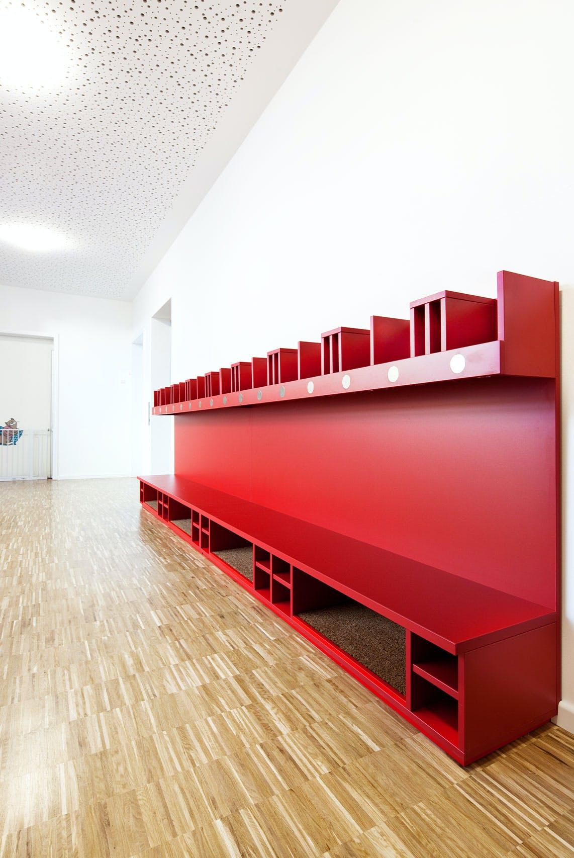Inneneinrichtung im Bildungssektor mit Garderobe auf Kinderhöhe.