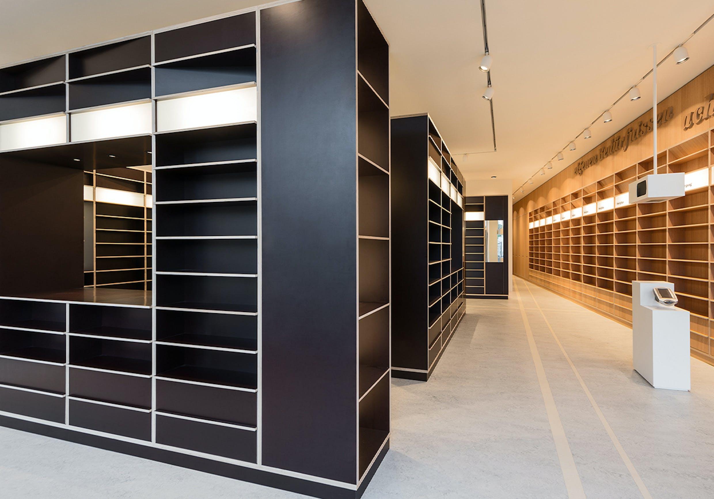 Inneneinrichtung einer modernen Apotheke vom Schreiner