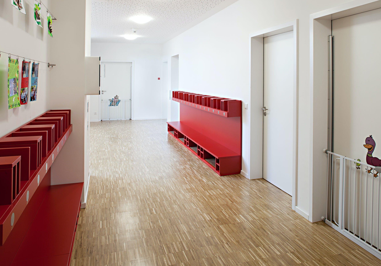Inneneinrichtung im Bildungssektor mit bunten Möbeln