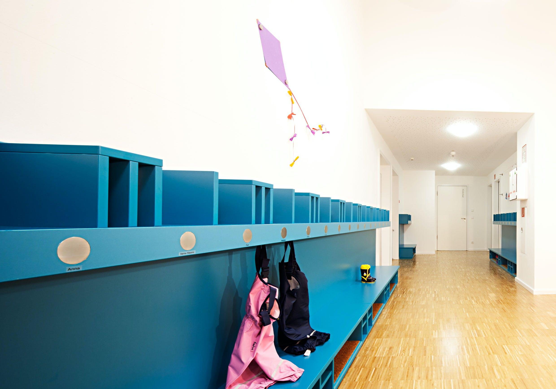 Inneneinrichtung im Bildungssektor mit bunter Garderobe