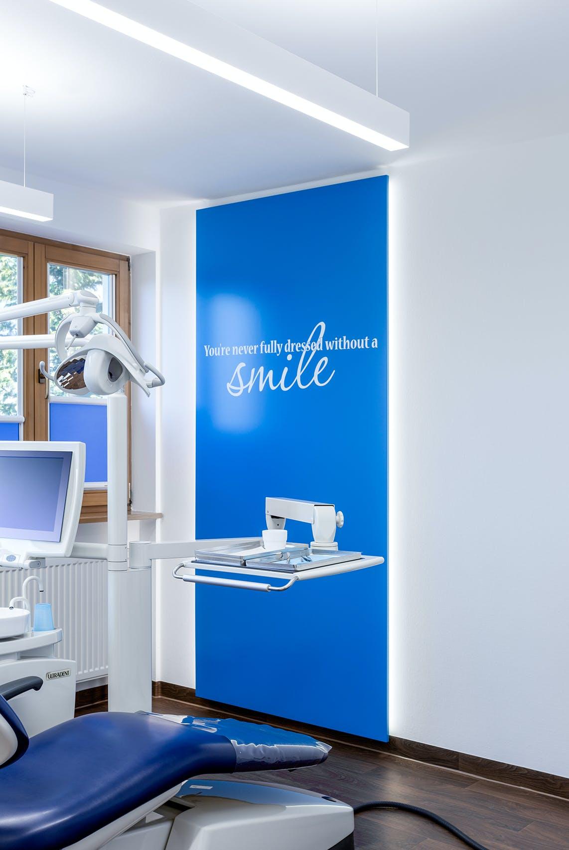 Praxiseinrichtung für Zahnarztpraxis mit Spezialisierung auf Implantologie, ästhetische Zahnheilkunde und 3D-Röntgen