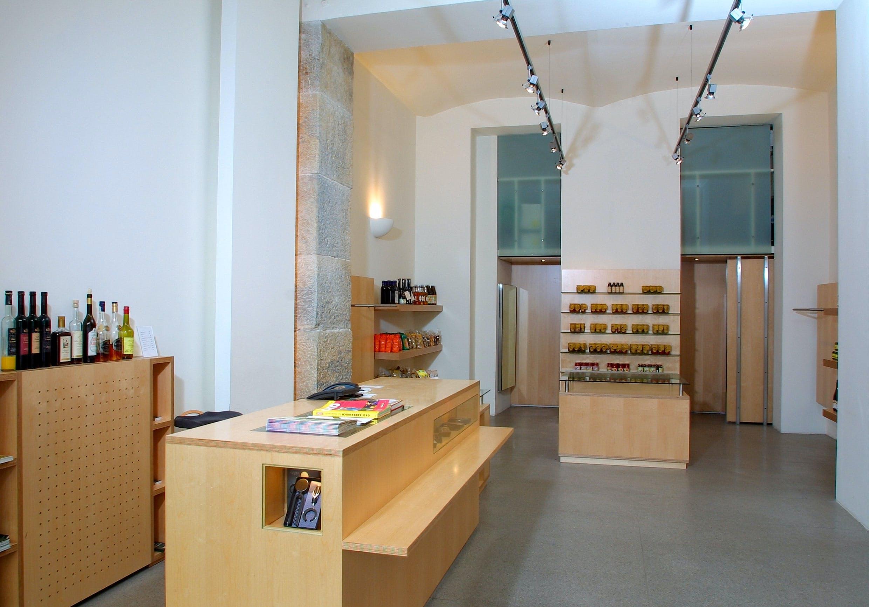 Offene Holzregale als Besonderheit dieser Ladeneinrichtung.