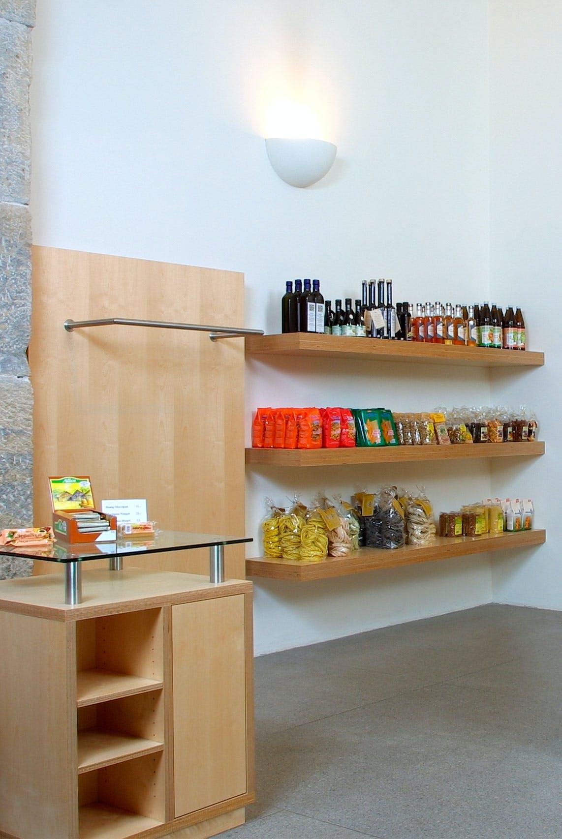Eine Ladeneinrichtung mit praktischen Holzregalen.