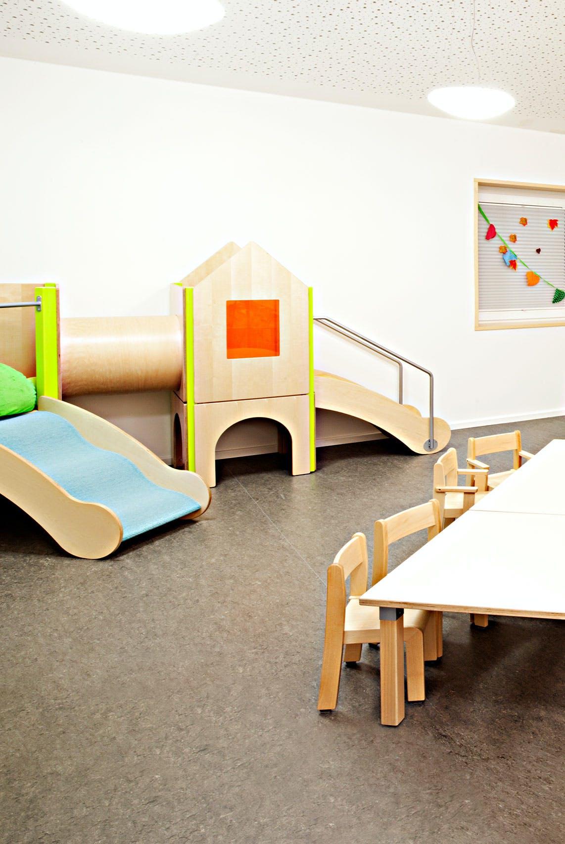 Inneneinrichtung im Bildungssektor mit Kinderspielecke