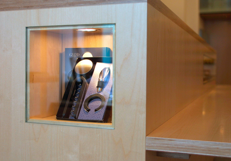 Eine maßgefertigte Vitrine rundet die Ladeneinrichtung aus Holz ab.