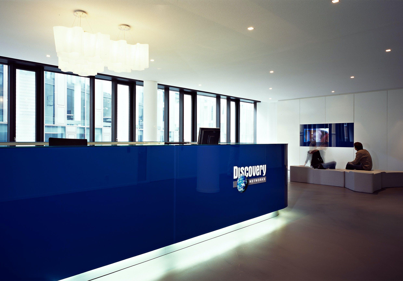 Firmeneinrichtung für einen Empfangsbereich mit beleuchteter, blauer Theke.