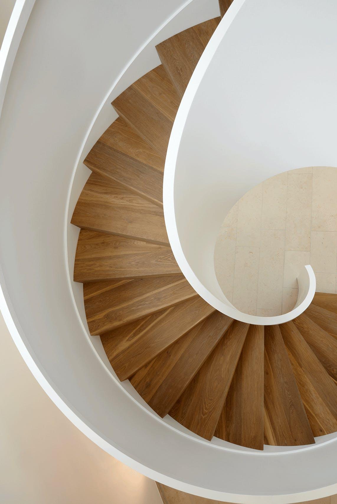 Inneneinrichtung mit maßgeschneiderter Treppe