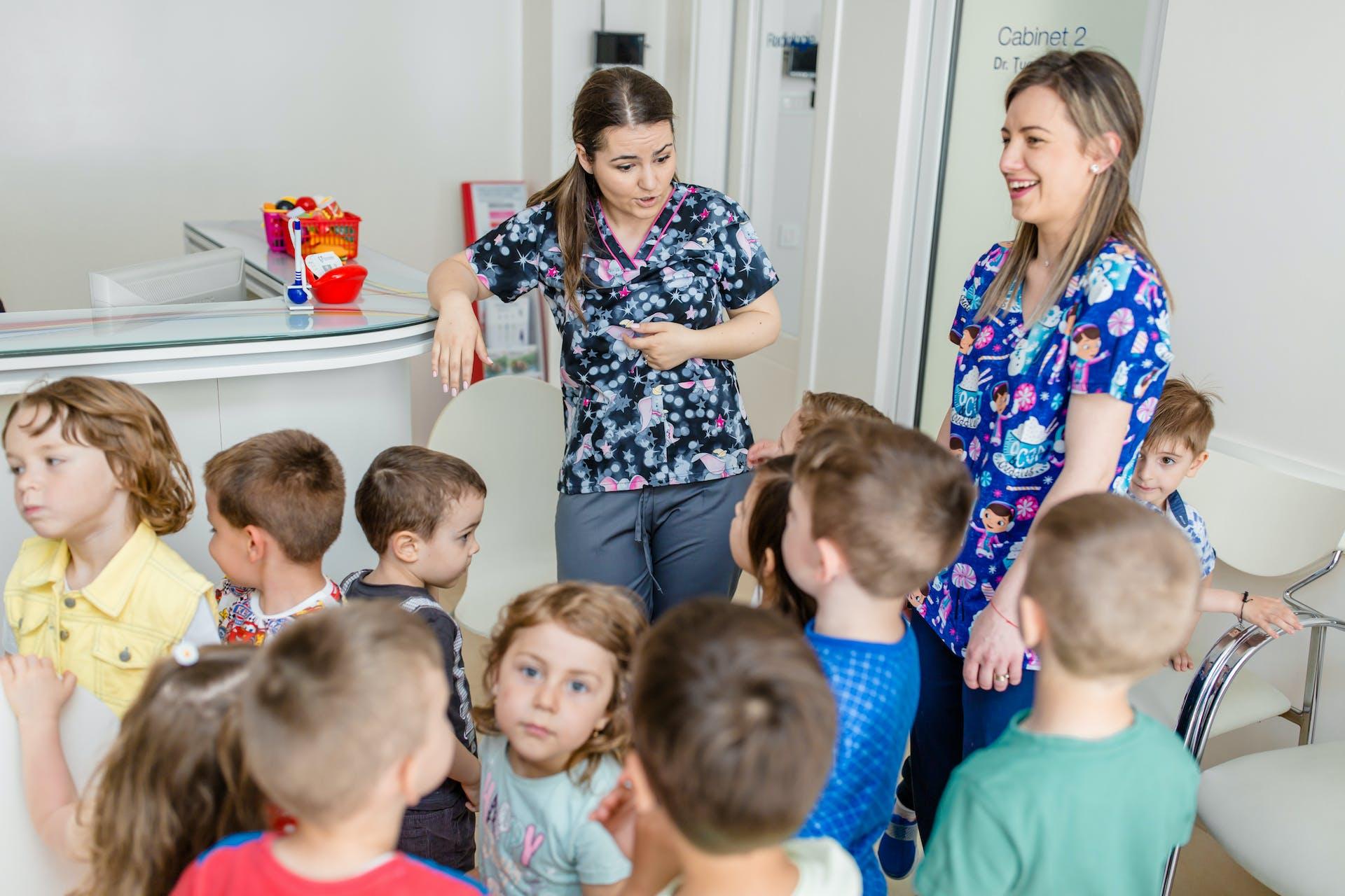 Mici pacienți în vizită la DentoArt Kids