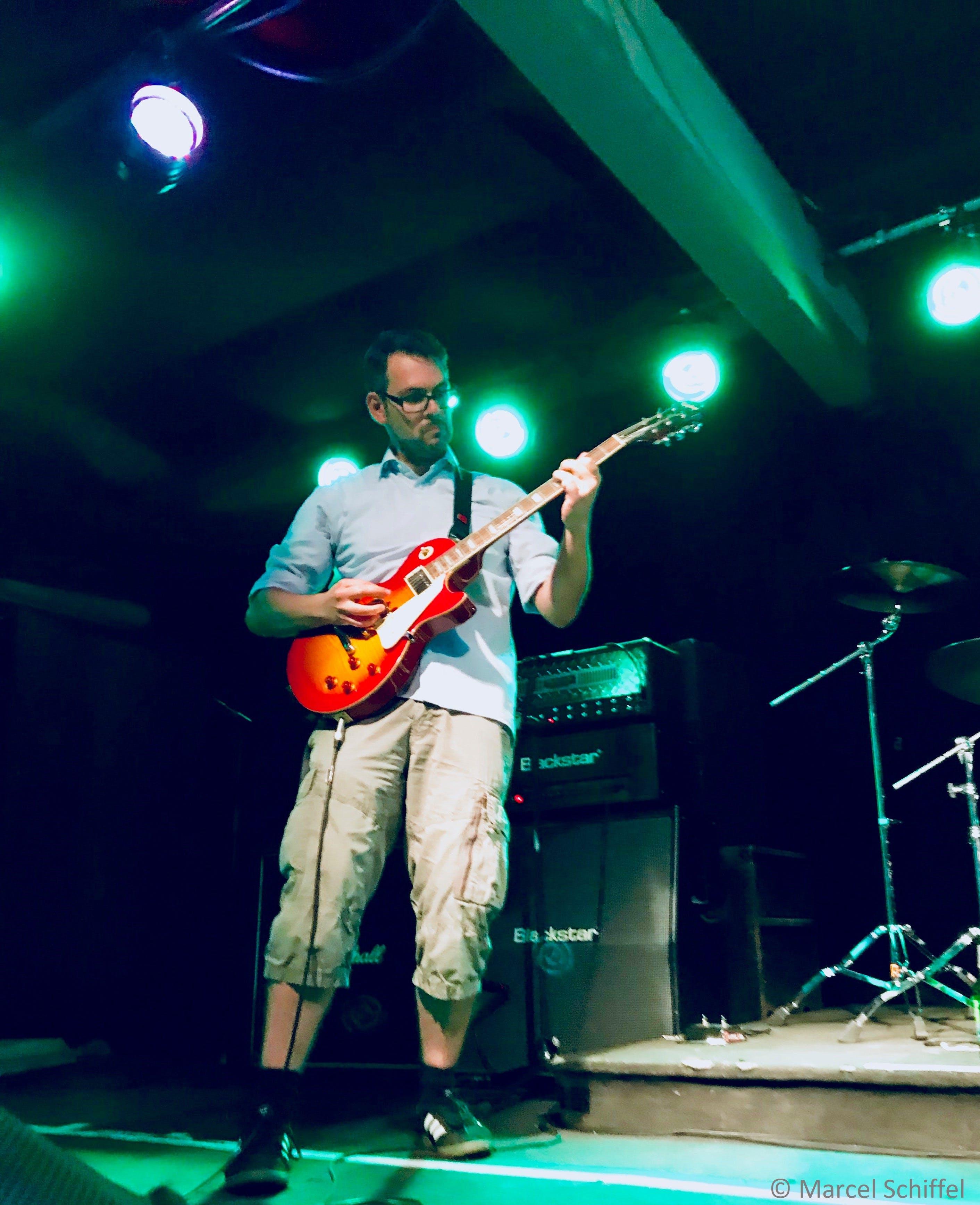 Unser Geschäftsführer Mirko Seifert an der Gitarre