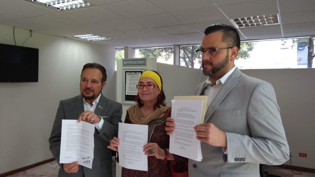 Activistas presentan una denuncia de corrupcion.