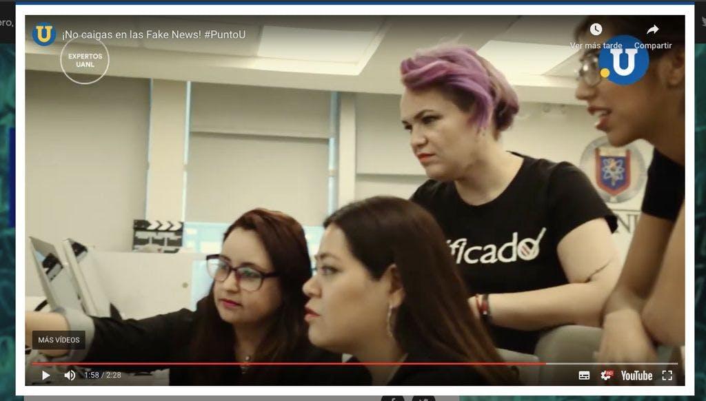 mujeres integrantes de verificado trabajan frente a una computadora