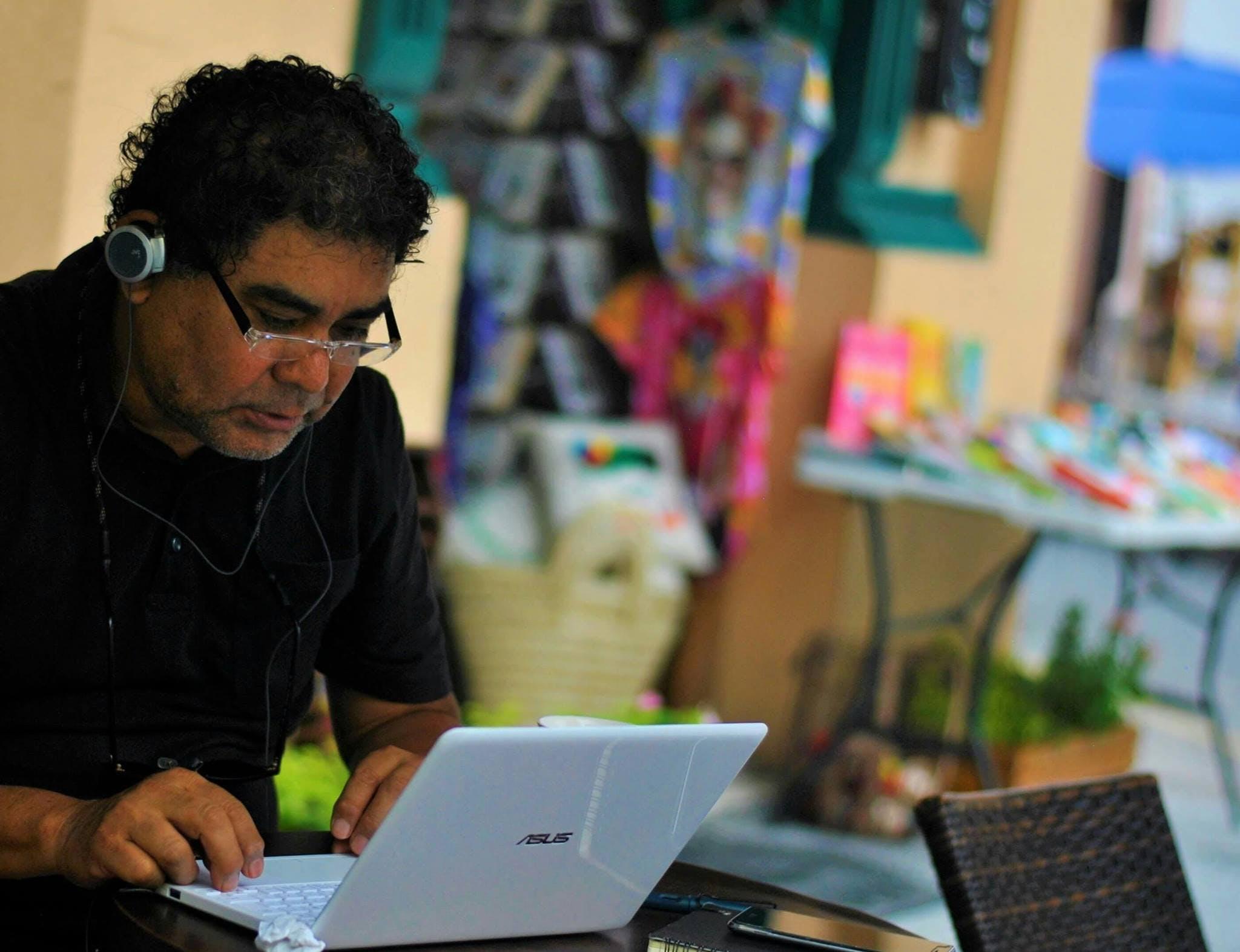 periodista frente a su computadora