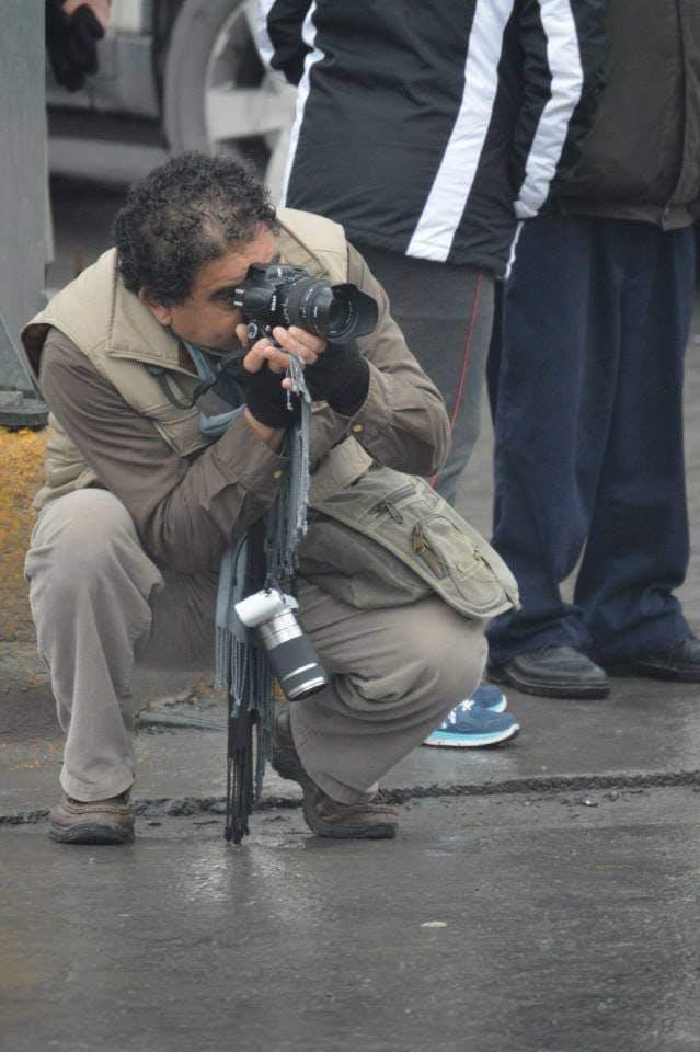 periodista tom una fotografia con su camara