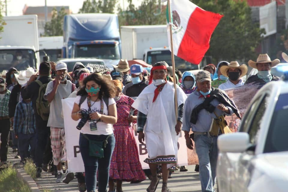 periodista Adriana Esquivel cubre una manifestacion