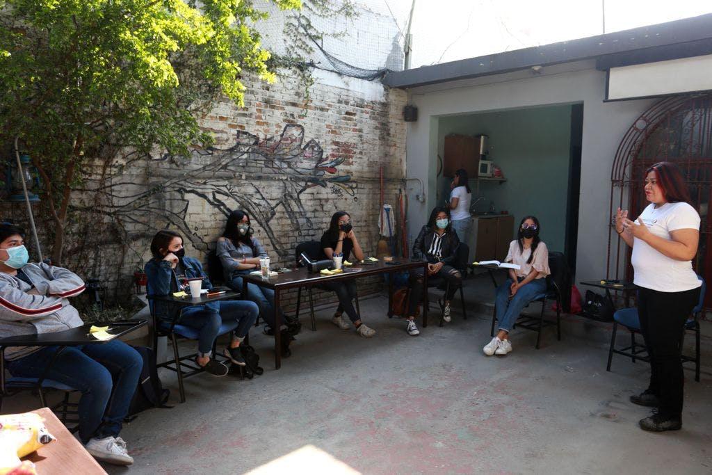 Daniela mendoza dando un taller a periodistas