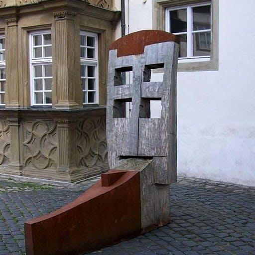 Grosse Sitzende, Stahl und Holz