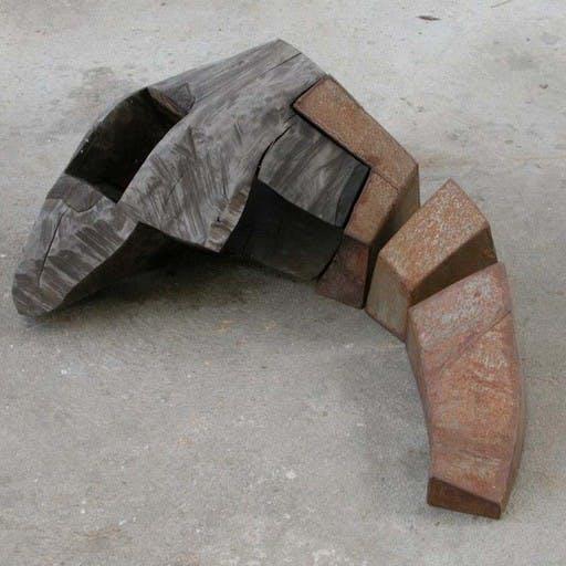 Liegende, aus dem lastdance-Block, Holz und Stahl