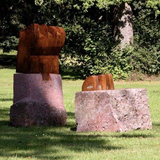 Schlitzfigur, Stein und Stahl