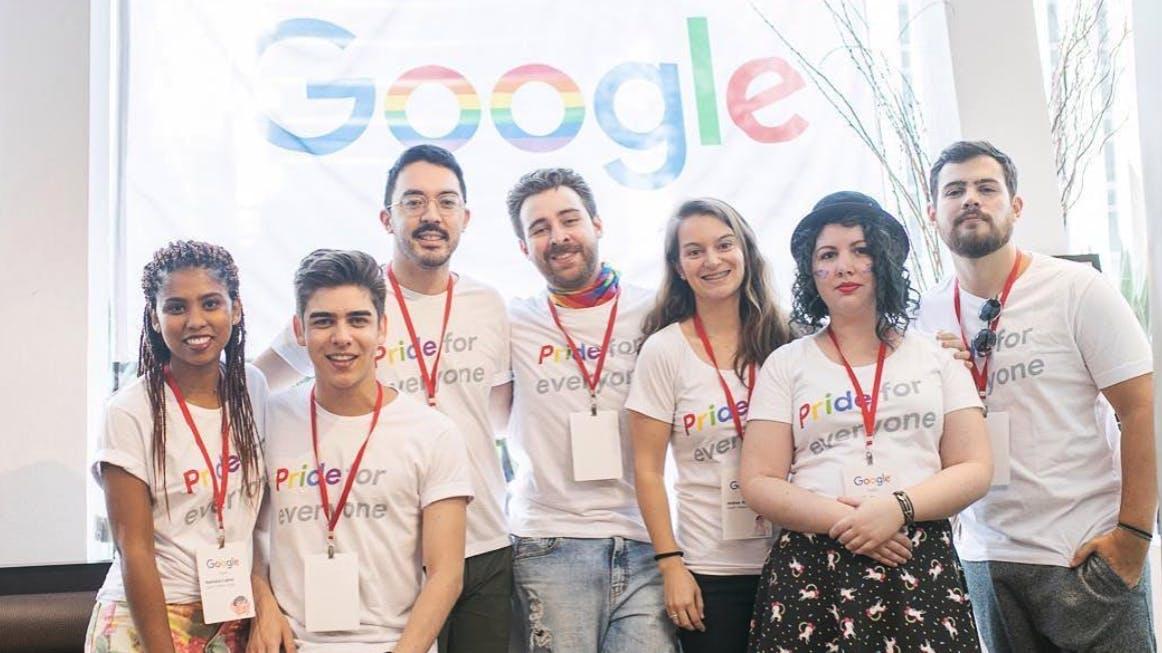 """Várias pessoas que trabalham no Google com camisas personalizadas da campanha """"Pride for Everyone"""""""