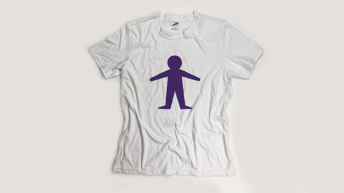 Camisa branca oficial Criança Esperança com estampa de um boneco roxo