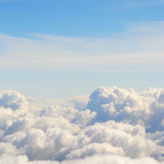 Wolken vor blauem Himmel als Symbol für die Cloud.