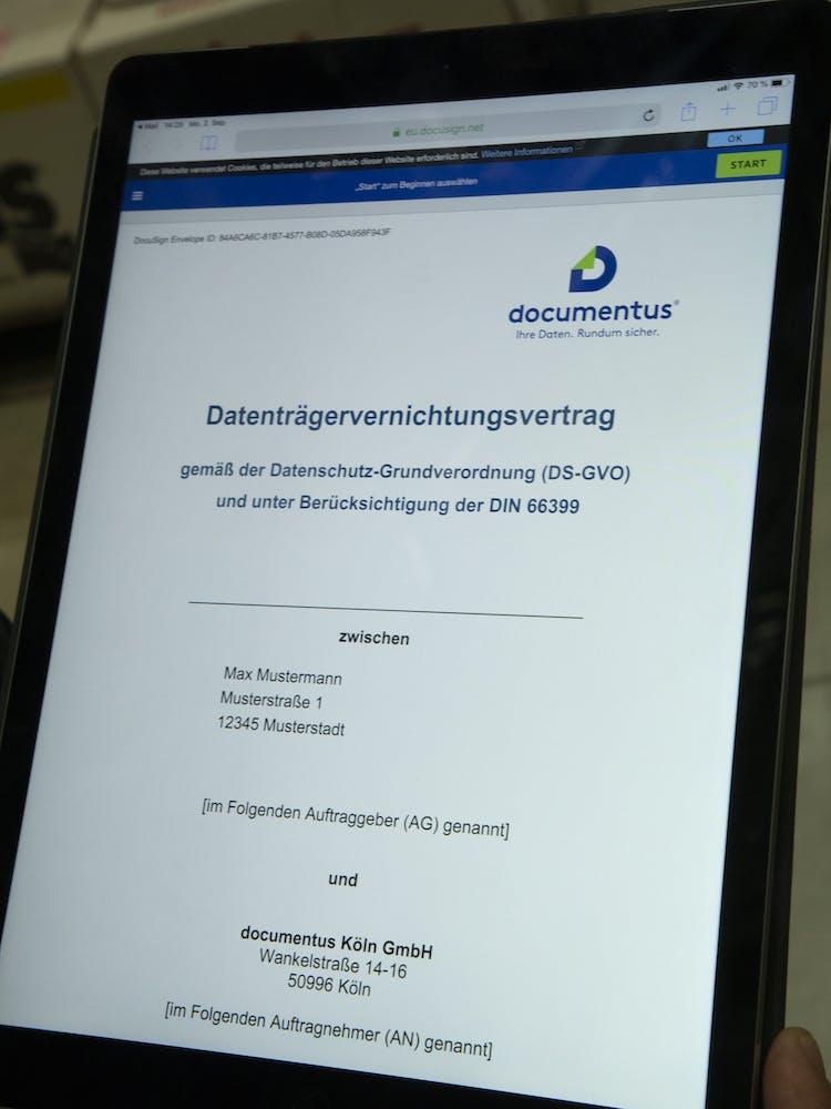 Ipad mit einem Muster-Datenträgervernichtungsvertrag in DocuSign von documentus Köln