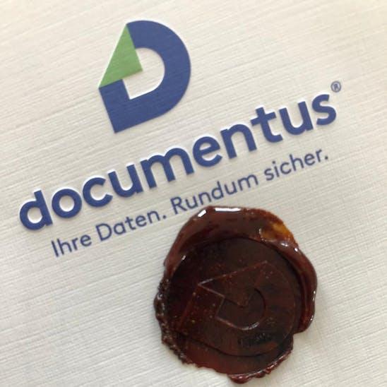 documentus Logo mit einem Wachssiegel darunter