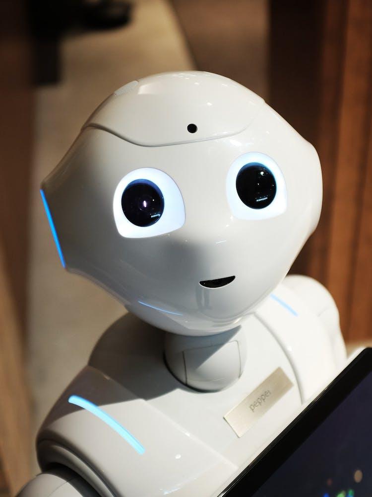 KI-gestützter Roboter der ein Ipad in den Händen hält