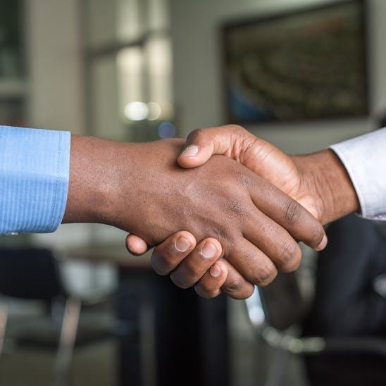 Zwei Herren die sich die Hand geben