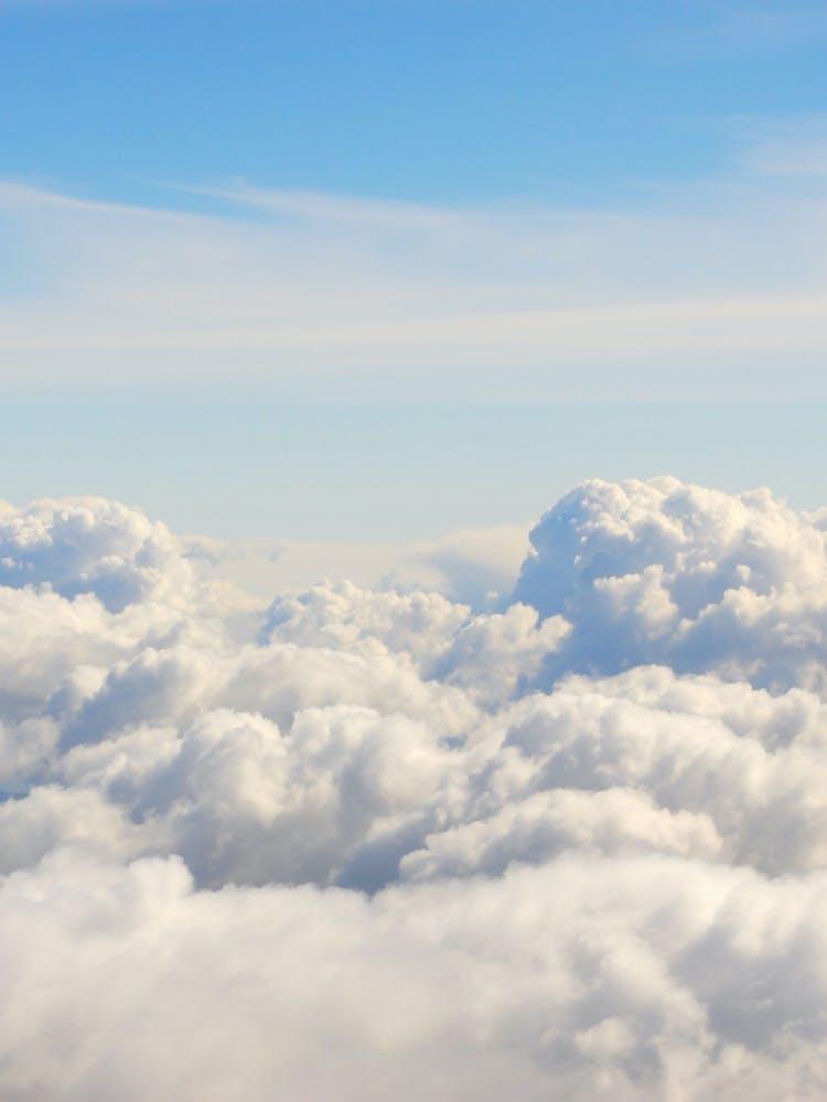 Eine Wolke vor blauem Himmel steht für die Cloud.