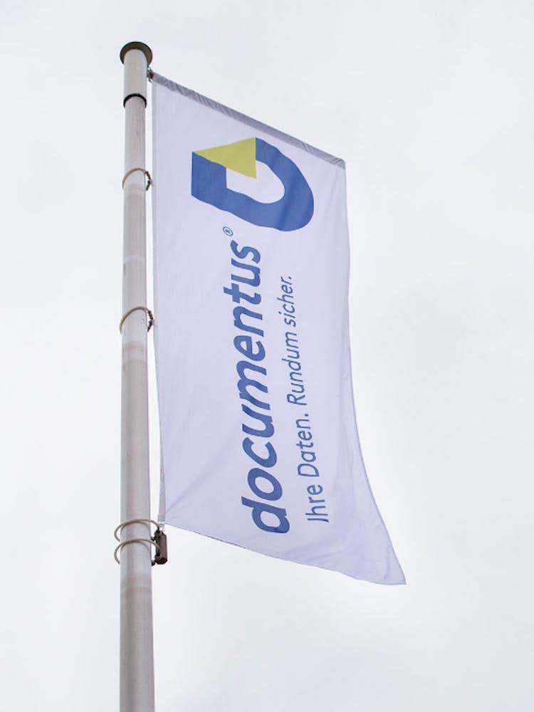 Flagge mit documentus Logo und Schriftzug Aufdruck