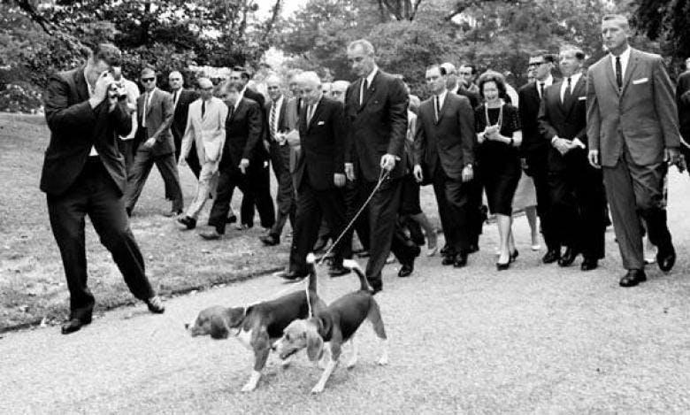 Президент США Линдон Джонсон и его собака