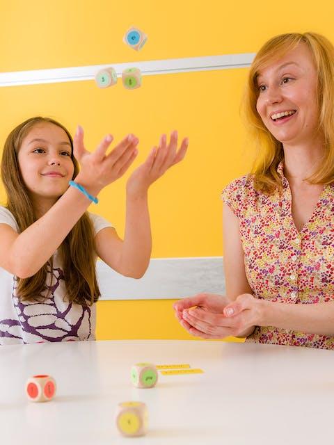Mädchen mit Lerntherapeutin und Lerntherapiematerial