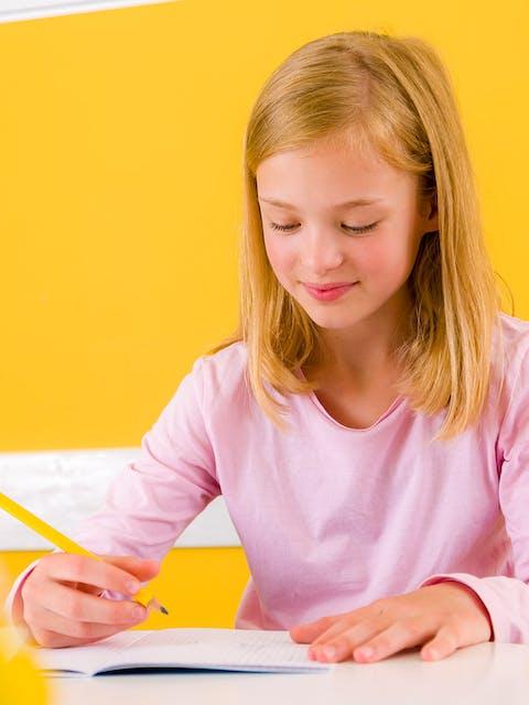 schreibendes Mädchen mit Heft