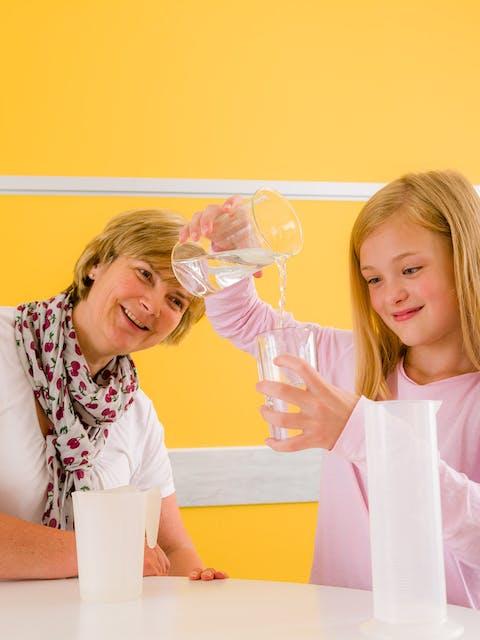 Mädchen mit Lerntherapeutin beim entdeckenden Lernen