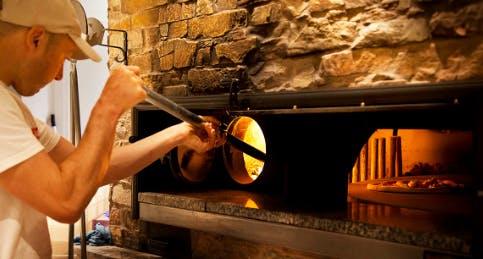 La pizza cotta nel forno a legna di Eataly