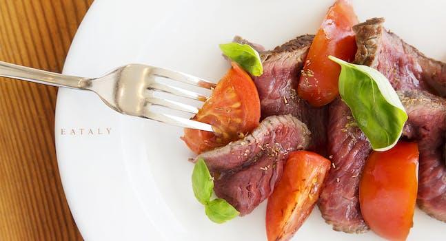 La tagliata di carne con pomodori e basilico