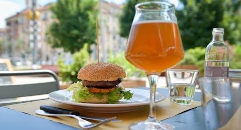 Panino con hamburger e birra