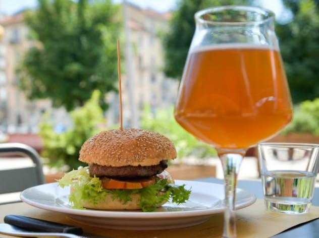 Il pranzo da Eataly con hamburger e birra