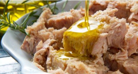 Tonno con rosmarino e olio d'oliva